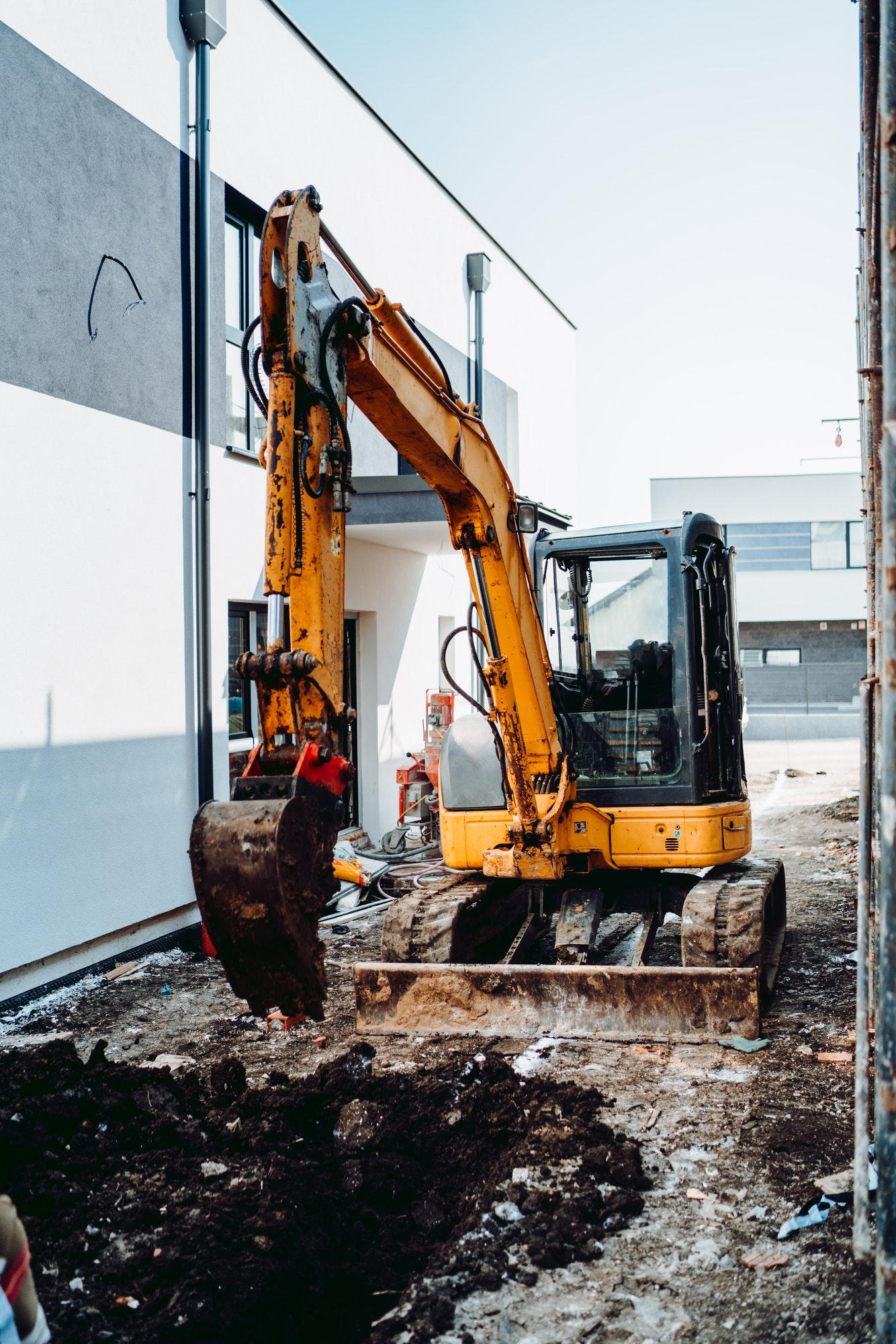 Gravmand og gravemaskine med døgnvagt i København